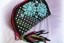 Pöttyös-rojtos pénztárca - Judy Majoros / Újrafelhasznált alapanyagokból kézzel készített egyedi táska. megtekinthető még a www.facebook.com/judymajorosdesign oldalon. Köszönöm az érdeklődést! :)  Handmade by Judy Majoros - Fringe-crochet wallet-clutch with polka dots, and multicolour leather fringe. Recycled wallet-bag.