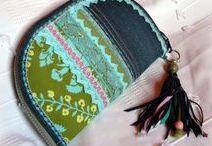 Türkiz-rojtos farmer pénztárca--clutch - Judy Majoros / Újrafelhasznált alapanyagokból kézzel készített egyedi táska. megtekinthető még a www.facebook.com/judymajorosdesign oldalon. Köszönöm az érdeklődést! :) Handmade by Judy Majoros - Denim  turquoise-fringe -crochet wallet-clutch with multicolour leather fringe. Recycled wallet-bag.