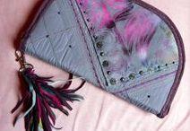 Lila- rojtos pénztárca-clutch - Judy Majoros / Újrafelhasznált alapanyagokból kézzel készített egyedi táska. megtekinthető még a www.facebook.com/judymajorosdesign oldalon. Köszönöm az érdeklődést! :) Handmade by Judy Majoros - Purple fringe wallet-clutch with multicolour leather fringe. Recycled wallet-bag.