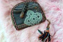 Farmer rojtos pénztárca - Judy Majoros / Újrafelhasznált alapanyagokból kézzel készített egyedi táska. megtekinthető még a www.facebook.com/judymajorosdesign oldalon. Köszönöm az érdeklődést! :)Handmade by Judy Majoros - Denim chrochet wallet with leather fringe. Recycled wallet.