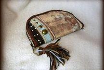 Lovas rojtos pénztárca - Judy Majoros / Újrafelhasznált alapanyagokból kézzel készített egyedi táska. megtekinthető még a www.facebook.com/judymajorosdesign oldalon. Köszönöm az érdeklődést! :) Handmade by Judy Majoros - Horse wallet-clutch with leather fringe. Recycled wallet-bag.