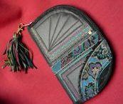 Fekete rojtos pénztárca-clutch -Judy Majoros / Újrafelhasznált alapanyagokból kézzel készített egyedi táska. megtekinthető még a www.facebook.com/judymajorosdesign oldalon. Köszönöm az érdeklődést! :) Handmade by Judy Majoros -Black fringe wallet-clutch-Recycled bag.