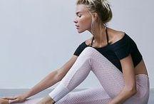 Tenues de sport / Baskets, leggings, tee-shirts, brassières, gilets et accessoires.
