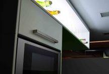 Cocina Lineal / Linealidad espacial es lo que nos define esta reforma. Se trata del desarrollo de una cocina lineal de escasas dimensiones. Para el diseño de la misma y el maximo aprovechamiento del espacio se opta por un diseño de fondo continuo en todo el contorno de la misma. Utilizamos para ello un fondo de 60 cm en la parte superior e inferior de la cocina.
