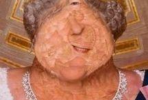 Lola Dupre Collagen / Lola Dupre ist eine spanische, in verschiedenen europäischen Ländern lebende Illustratorin und Collagenkünstlerin.  Mit ihren unverwechselbaren Collage-Techniken erweitert und verfremdet sie ihre Bildobjekte, die Fotoportraits von meist Prominenten aus allen Bereichen des öffentlichen Lebens zu grotesken und bizarren Figuren. Sie verdeutllcht, übersteigert und kommentiert damit Gesichts- und auch Wesenszüge der abgebildeten Personen