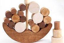Holz: Spiele und Spielzeug / Hier sind Spiele und Spielzeug für kinder und Erwachsene gesammelt. Viele der Objekte sind auch von hoher ästhetische Qualität. Eine Trennung zwischen Kunstobjekt, Dekoration und Spielzeug ist nicht immer möglich.