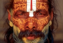 Peoples / De tous pays, de tous âges, ces femmes et ces hommes charismatiques, représentent leur pays ou sont les garants des valeurs séculaires d'un peuple ou d'une tribu. Shamans, Maoris, moines tibétains, indigènes ou indiens sont le symbole de la différence de l'être humain…