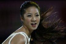 关颖珊 - Michelle Kwan / 是美國花式溜冰选手與美國官方親善大使。關穎珊曾經獲得 9 次美國花式溜冰錦標賽及 5 次世界花式溜冰錦標賽的冠軍,也獲得2枚冬季奧運會的獎牌。她十幾年來始終保持著競爭力,也是美國歷史上最出色的花式溜冰選手。由於她的穩定性與在冰上所表現出的藝術性,關穎珊被認為是歷史上最偉大的花式溜冰選手之一。