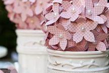 Flores de tecido e papel.