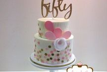 Milestone Birthday Party Ideas for Women / Party ideas for milestone birthdays for women. 30th birthday ideas, 40th birthday ideas, 50th birthday ideas and more. Great milestone birthday themes - from classy black and white to gold glitter to Kate Spade to funny party ideas and more.