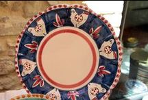 Ceramiche di Vietri - Vietri ceramic dishes / Tutta la collezione di ceramiche rispecchia la tradizione della costiera Amalfitana. I colori sono pieni di vivacità e i decori sono in linea con la classica impronta di Vietri, famosissima ed esportata in tutto il mondo.