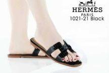 Hermes / sepatu dan sandal Hermes  import hongkong   ukuran standar asia, jadu ukuran sama dengan yang biasa pakai   keterangan detail ada di masing masing gambar  Pemesanan harap cantumkan ukuran, warna dan gambar   Peminat serius hub  hp/wa/lne 087825743622