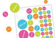 Regionaal Historisch Centrum Limburg / Het archief van Regionaal Historisch Centrum Limburg bevat schatten, documenten en herinneringen. Normaal gesproken gebruiken zij stickers om op archiefdozen te plakken en dit concept is verwerkt in het jaarverslag. In het verslag bevindt zich een stickervel waarmee men belangrijke of interessant onderwerpen kan markeren. Op deze manier kan de gebruiker actief bezig zijn met het jaarverslag