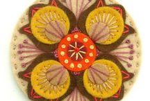 Fieltro y telas / Adornos, distintivos, recuerdos en fieltro y paño lenci