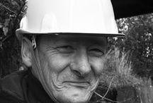 Gueules de chantier... / Des hommes de terrains comme ils aiment à s'appeler. Travailleurs sur les voies de chemin de fer, ils remttent en état, à l'aube, avant que la vie ne s'accélère et celle de la vitesse des trains aussi... De belles rencontres le temps d'un sourire.