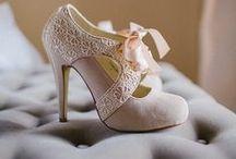 Scarpe per Cenerentola / È così difficile stare dentro le scarpe di una donna sola. Per questo ne servono di veramente speciali. Per camminare un po' più allegramente.