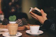 Caffè... cioccolata  & tè / Il caffè rende possibile alzarsi dal letto. Il cioccolato lo rende utile.