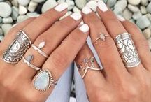 Jewellery / Jewelry: rings, necklaces, accessories