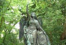 Melaten / Impressionen vom Melatenfriedhof in Köln. Verwunschene, mystische Gruften. Wachende Engel und weiße Gestalten im rankendem Efeu...