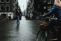 Amsterdam / Амстердам ночью— словно город-призрак, поулицам которого двигаются тени. Многочисленные каналы показывают параллельный мир, входы вкоторый, надо полагать, на