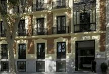 Madrid: Hotel Hospes Madrid***** / The Hotel Hospes Madrid offers free Wi-Fi or 4G Wi-Fi for an extra fee, great views of the Retiro Park, the city centre's major green space, and free access to the Bodyna Spa. It is the only hotel in the Puerta de Alcalá.  The Hospes Madrid is a marvelous fully renewed building of 1883 with 41 rooms. All rooms at the hotel come with a flat-screen TV, a bathrobe and special amenities. Guests also receive free bicycle rental.