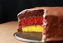 EM-Futter in schwarz-rot-gold / Fahnen am Auto und Trikot zur Arbeit, das kann ja jeder. Wie wie man sogar Essen in Deutschland-Farben machen kann. Damit punktet ihr sicher beim nächsten gemeinsamen Fußball-Schauen.