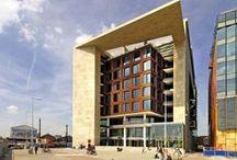 Beelden uit de OBA / De OBA bestaat uit de Centrale Bibliotheek op het Oosterdokseiland en 25 prachtige wijkbibliotheken. Hier vind je plaatjes uit de bibliotheken in Amsterdam.