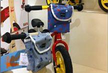 """Les sacs à guidon / Enfin une gamme de mini sacoches pour les kids! Indispensables pour des ballades sans """"plus rien dans les poches"""", ultra faciles à accrocher à tous les guidons de trottinettes, vélos, tricycles, draisiennes…"""