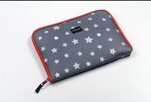 Porte Ipad/Tablette / Des portes Ipad/Tablette aux couleurs Minikane en tissu enduit thermo-collé indéchirable. Qualité & sécurité...