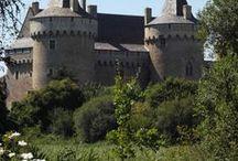 Domaine de Suscinio | Bien plus qu'un château... / Le château de Suscinio, construit à la fin du Moyen Âge (au XIII e et dans la seconde moitié du XIV e siècle), résidence des ducs de Bretagne, est situé au bord de Mor braz (océan Atlantique) dans la commune de Sarzeau (Morbihan). Le château est classé monument historique en 1840, alors qu'il était en ruines.