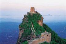 La Gran Muralla China, 长城 / La Gran Muralla fue designada Patrimonio de la Humanidad por la Unesco en el año 1987. Gran parte de la Gran Muralla tiene fama de ser el mayor cementerio del mundo. Aproximadamente 10 millones de trabajadores murieron durante su construcción. No se los enterró en el muro en sí, sino en sus inmediaciones.