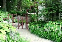 Backyard Flower Gardens / Your backyard is an extension of your indoor space. Surround yourself with an great atmosphere.