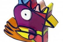 SCHÄFER Jacqueline / Jacqueline Schäfer, née en 1961, réside à Amsterdam. Jusqu'alors, sa peinture était une activité personnelle qu'elle ne partageait qu'avec ses proches : Un moyen d'expression. Quand elle a découvert que son œuvre était un moyen de communication, la peinture a pris alors une tout autre dimension. Un jeu de formes précis de couleurs flamboyantes et de contours noirs appuyés délimitant harmonieusement des secteurs colorés : voilà ce qui distingue clairement son style.