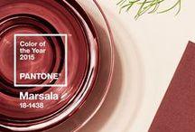 """2015-ųjų spalva """"Marsala"""" / Kaip ir kiekvienais metais, """"Pantone"""" jau paskelbė 2015-ųjų metų madingiausią atspalvį, pavadinimu """"Marsala"""". Šis atspalvis turtina mūsų protą, kūną ir sielą, suteikia pasitikėjimą ir stabilumą, dvelkia šiluma.   Retro stiliaus grįžimas į madą diktuoja tai, jog 2015-aisiais populiarūs neįprasti langų uždengimų raštų ir tekstūrų deriniai: retro koloritas bei raštai puikiai dera su naujoviškais langų uždengimų variantais, tokiais kaip širmos, plisuotos žaliuzės, roletai """"Diena-Naktis"""", žaliuzės."""
