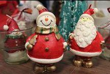 Navidad / En nuestro departamento de Navidad, donde encontrará todo lo referente a productos especiales para estas fechas. Tenemos un gama muy amplia que cubrirá casi por completo todas sus necesidades. Desde bolsas de papel reciclado para las compras de sus clientes, hasta bolsitas de regalo que harán que sus productos, de bisutería por ejemplo, adquieran una mejor presencia a la hora de presentar sus regalos. Velas y aromas para el hogar de fabulosa calidad, decoración para el árbol, etc