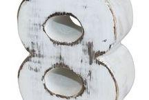 Portavelas de madera números / Preciosos portavelas de números en blanco decapado, perfectos para cumpleaños y fechas señaladas.   Cada número está hecho a mano en Bali con madera de Albesia y con un acabado en blanco decapado frotado a mano. Esta madera es muy apreciada por su riqueza, pero también por su crecimiento rápido y sostenible a la cosecha.
