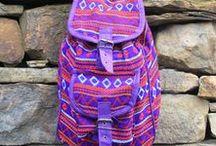 Mochilas hechas a mano / Pequeñas mochilas nepalíes tradicionales y étnicas. Estas mochilas pueden ser pequeñas, pero tienen una calidad maravillosa y el tamaño es ideal para llevar las pertenencias personales de forma cómoda.
