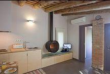 """Apartamento """"La Pallissa"""" / Os presentamos nuestro apartamento más romántico. Ideal para parejas. Es un antiguo pajar, con elementos arquitectónicos del siglo XVIII, reformado con mucho encanto. Podrás disfrutar de la naturaleza gracias a sus grandes ventanales hacia el bosque. A las afueras de Sant Martí Vell. A 20km de Girona, cerca del Empordà, y pocos km de la Costa Brava"""