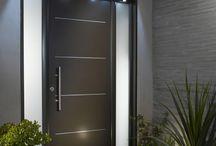 Front door / #Porte #entrée #poignée #maison  Des poignets de main, on en serre mais des poignées de porte, on les ouvre. Et celle qu'on empoigne le plus est bel et bien celle de la porte d'entrée de notre maison. Celle-ci donnant l'ouverture sur notre nid douillé.