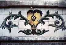 Lisboa e os Azulejos / Não se consegue imaginar Lisboa, sem azulejos. O  azulejo é um verdadeiro cartão de visita de uma cidade que foi um importante centro de produção e consumo deste tipo de material cerâmico ao longo dos tempos
