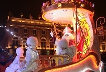 La Saint-Nicolas à Nancy / Depuis le Moyen-âge, on célèbre dans toute la Lorraine, le 6 décembre, Saint-Nicolas. C'est à Nancy, que le Saint est fêté avec le plus de faste et de gaîté : deux jours de musique, de défilé, de rires et de lumières… et un extraordinaire spectacle sur la Place Stanislas.