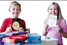 Oppi&ilo kynälliset tekemiskortit / Tekemiskortit ovat ajanvietteen runsaudensarvi niin pienille lapsille kuin teineille ja miksei aikuisillekin. Piirrä, täydennä, ratkaise, murra koodi... Useimmissa paketeissa on mukana poispyyhittävä tussi, jolla tehtävät voi ratkaista yhä uudestaan ja uudestaan.