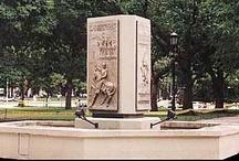 Monumentos / Obras realizadas para lugares públicos, adecuando la imagen a formas de concepción figurativa y de fácil comprensión para el público no especializado. En todos los casos el aspecto técnico esta sumamente cuidado.
