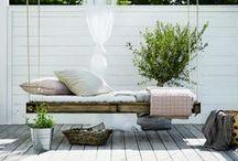 Terrasser | Terraces / Terrassen kan i sommerperioden fungere som et ekstra uderum, hvor vi bruger næsten alt vores vågne tid.