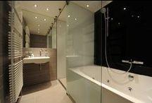Glazen wanden in badkamers / Gekleurd glas is perfect voor het bekleden van wanden in de badkamer. Makkelijk schoon te maken en super chique.