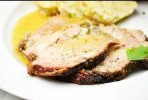 Hauptgerichte aus Österreich / Typisch österreichische Rezepte sind natürlich das Wiener Schnitzel mit Erdäpfelsalat, Schweinsbraten mit Sauerkraut und Knödel, Zwiebelrostbraten mit Bratkartoffeln, Geselchtes mit Kraut und Knödel, Steirisches Wurzelfleisch, Blunzengröstl, Apfelstrudel, Kaiserschmarrn, um nur einige zu nennen. Hier finden Sie die besten österreichischen Rezepte.