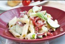 Salate und Dressings / Jede Saison und Jahreszeit bietet seine eigenen Salatrezepte, denn das gesunde Gemüse hat immer Saison. Ob als Vorspeise, als kleiner, gesunder Snack Zwischendurch oder als Beilage - das vitaminreiche Gemüse ist Vielfältig und ein absolutes Muss in jeder Küche.