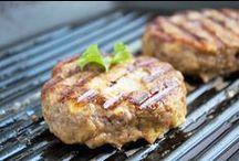 Grill Rezepte / Hier finden Sie die besten Grillrezepte für jeden Anlass. Vom deftigen Grillfleisch über zarte Hühnerfilets oder saftigen Fischen bis hin zu Obst und Gemüse ist hier alles zu finden.