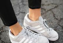 Outfits mit grauen Sneakers