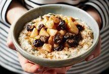 Porridge / Il porridge, o pappa d'avena, è una zuppa d'avena dolce di origine anglosassone ed è l'emblema della colazione nutiente e salutare, da personalizzare con gli ingredienti che più amate!